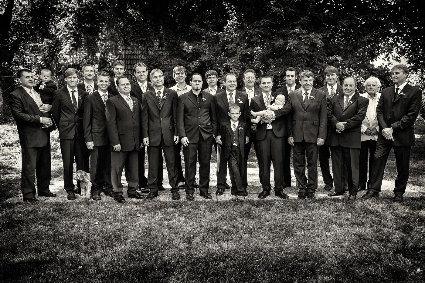Černobílá svatební fotografie - skupinové foto